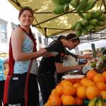 Na trhu zkoušíme místní ovoce