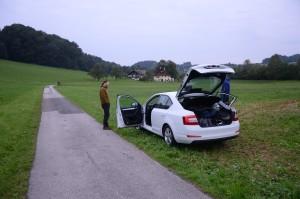 Vibr mlsně kouká na volant, za který jsme ho za celý výlet samozřejmě ani jednou nepustili..